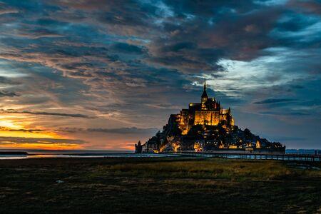 Dramatyczny zachód słońca na Mont Saint Michel, Francja