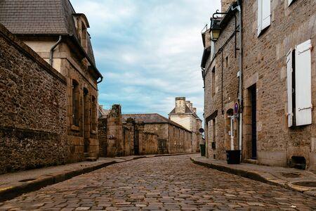 Stone medieval houses in cobblestoned street in Dinan Archivio Fotografico