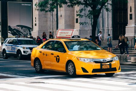 Yelllow taxi speeding up in Fifth Avenue in New York 報道画像