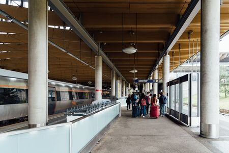 Passengers on the platform of the Flytoget train at Oslo Gardermoen airport station 新聞圖片