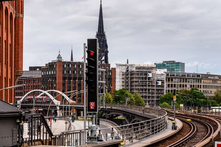 Subway on steel bridge against cityscape of Hamburg 新聞圖片