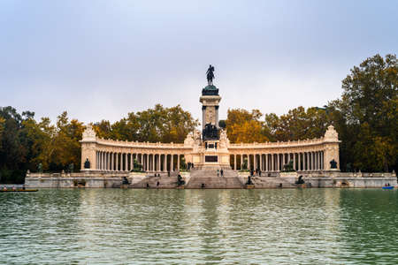 Monument to Alfonso XII and pond in Buen Reiro Park in Madrid during Fall Standard-Bild