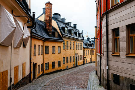 Picturesque cobblestoned street with colorful houses in Sodermalm in Stockholm Archivio Fotografico