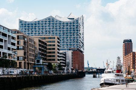 Cityscape of Sandtorhafen canal and Elbphilharmonie in Hamburg Redactioneel
