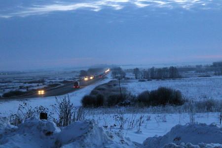 L'autoroute internationale est un matin brumeux d'hiver précoce.