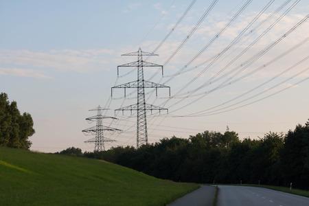 torres el�ctricas: torres de alta tensi�n en la oscuridad