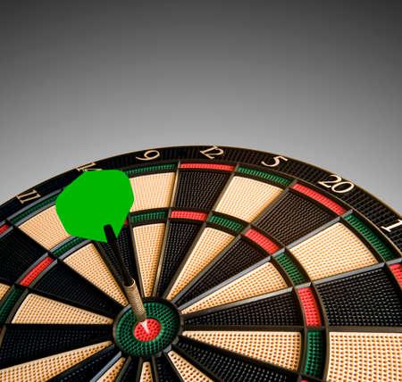 Dart raakt het dode punt van het dartbord. Visueel straalt het uit. Ruimte voor tekst bovenaan. Stockfoto