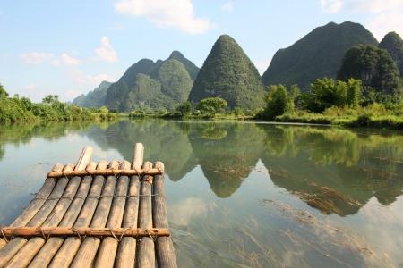 jangada: Bamb� rafting en R�o Li, Yangshou, China Foto de archivo