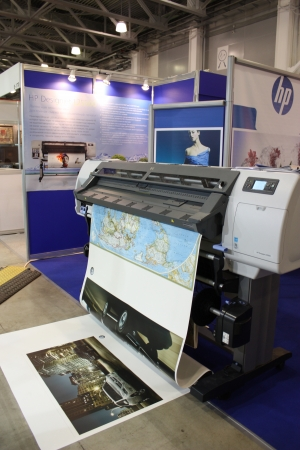 impresora: Hewlett-Packard pie en la exposici�n Photoforum-expo 2010 en Mosc� - 16 de abril de 2010