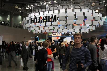 exhibition crowd: Fujifilm stand sulla mostra Photoforum-expo 2010, Mosca - aprile 16,2010