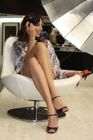 gambe aperte: Modello su stand di Sony, la mostra Photoforum-expo 2010, Mosca - 16 aprile 2010