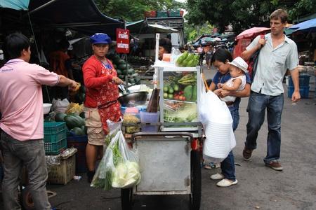 vendedor: La gente en un mercado de frutas en Bangkok, Tailandia - 08162011