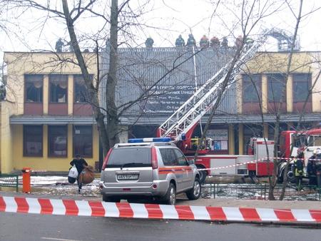 incendio casa: Lucha contra el fuego en una escuela pública Octjabr del club