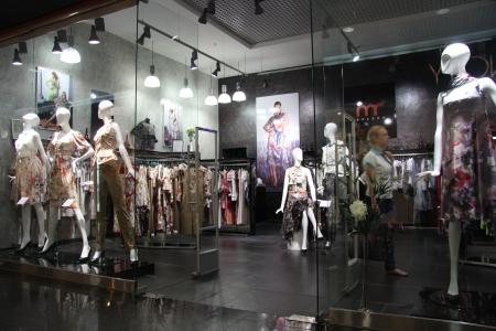 magasin: Vitrine de la mode des v�tements dans un grand centre commercial, Moscou, Russie - 10102011