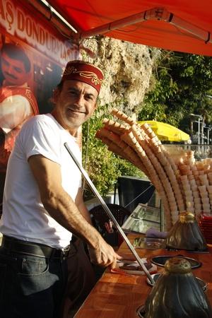 carretto gelati: Ice cream venditore ambulante nel tradizionale cappuccio turca di Antalya, Turchia - 29.11.11 Editoriali