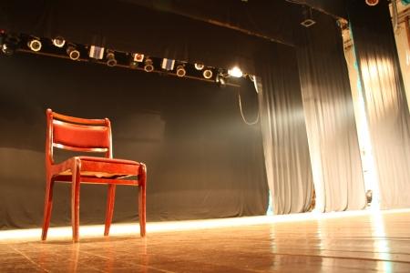 broadway: Lehrstuhl am leeren Theaterb�hne Lizenzfreie Bilder