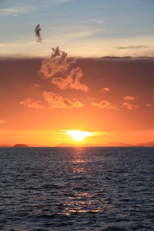 weightless: Hermosa puesta de sol tropical sobre el mar de nubes ingr�vidas Foto de archivo
