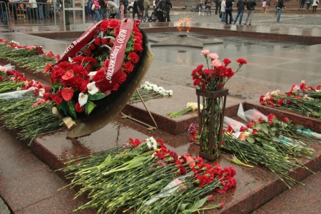 a memorial to fallen soldiers: Wreath at The Eternal Flame at the Victory Day in Poklonnaya Gora, Moscow, Russia