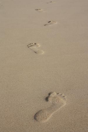huella pie: Huellas en la arena de la playa