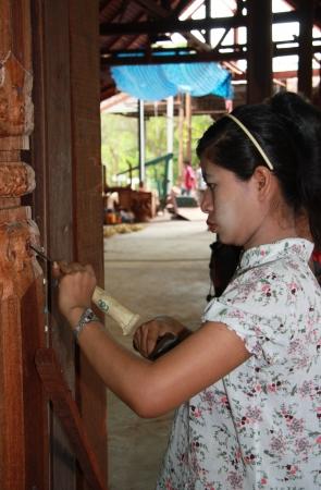 tallado en madera: Maestro de la mujer talla en madera escultura budista de un templo, Pattaya, Tailandia - 07082011