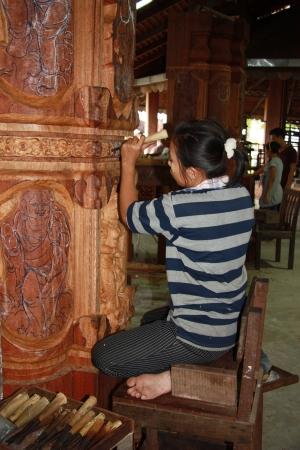 tallado en madera: Mujer maestro budista escultura talla de madera para el templo, Pattaya, Tailandia - 07.08.2011