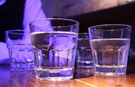 bout: Vasos combate con la bebida fr�a en la mesa de madera