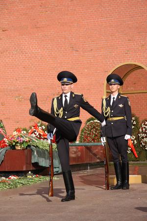 under fire: Guardia de Honor que cambia cerca del Fuego Eterno y la tumba del soldado desconocido bajo el muro del Kremlin de Mosc�, Rusia - 09052013