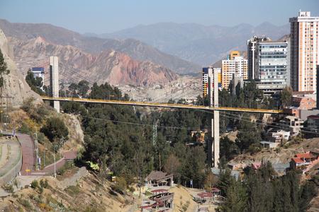 america del sur: paisaje urbano de La Paz, con el Puente de las Américas, Bolivia, América del Sur Foto de archivo
