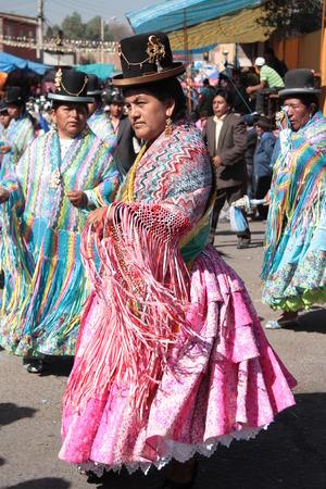 cochabamba: BOLIVIA. COCHABAMBA, 15 AUGUST 2013 - Cholitas women dance in native colorful costumes in Cochabamba, Bolivia Editorial