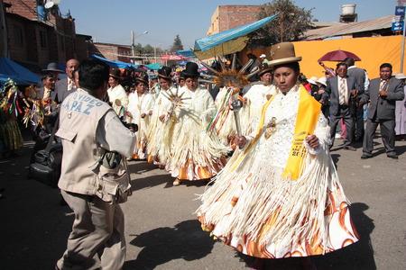 simbolo de la mujer: BOLIVIA, COCHABAMBA, 15 de Agosto de 2013 - las mujeres Cholitas bailan con varitas símbolo sol en el carnaval en Cochabamba, Bolivia Editorial