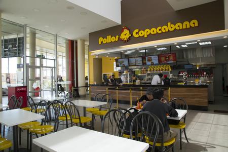 BOLIVIA, LA PAZ, 13 FEBRERO 2017 - La gente come en el restaurante de comida rápida Famous Pollos Copacabana en La Paz, Bolivia, América del Sur