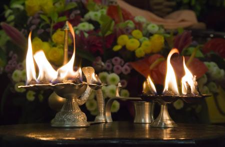 Wierookbrander met alleszuiverend vuur in Hare Krishna tempel Stockfoto - 81658451