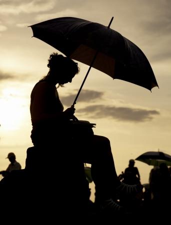 cabizbajo: mujer viendo la puesta de sol
