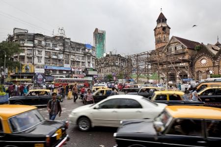 Taxi, auto, biciclette e pedoni provare a guidare per le strade di Mumbai Archivio Fotografico - 16376356