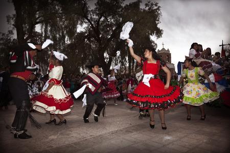 San Pedro de Atacama, Cile 17 settembre, 2014: cilena danza tipica eseguita da un gruppo di persone in una giornata nazionale del Cile Archivio Fotografico - 34586350
