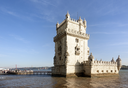 Lissabon, Portugal-11 maart 2016: Veel toeristen bezoeken de Belem-toren in de andere bij de ingang van de stad Lissabon in een kant van de rivier de Taag