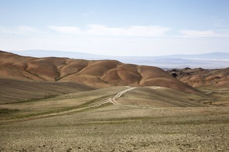 Road in the middle of the Gobi Desert in Mongolia Imagens