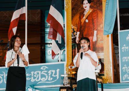 曼谷,泰国 -  2009年8月12日:曼谷,泰国 -  2009年8月12日:女王的生日当天在泰国在曼谷街道上很多庆祝活动。有些舞者带着典型的服装准备继续舞台以纪念女王跳舞