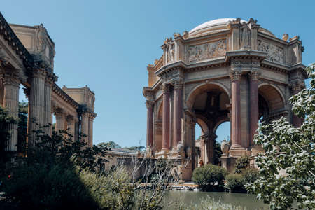 San Franciso, CA, USA-June 21, 2017: Many tourists visit and take pictures in the Palace of fine Arts Editoriali