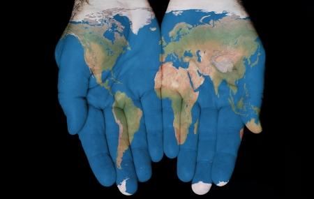 mundo manos: Mapa pintado en las manos mostrando concepto de que el mundo en nuestras manos Foto de archivo