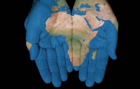 mapa de africa: Mapa pintado en manos mostrando concepto de tener el país de África en nuestras manos