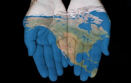 Kaart geschilderd op handen met begrip van het hebben van Noord-Amerika in onze handen Stockfoto
