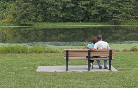 banc de parc: Couple In Love Assis sur un banc du parc au printemps