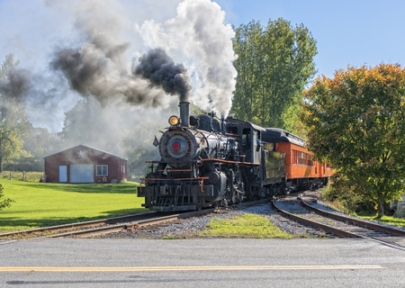 古いヴィンテージ蒸気機関鉄道デポに到着