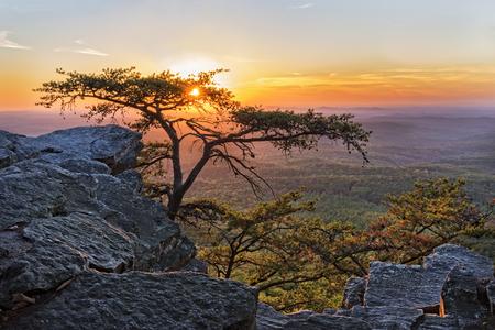 Cheaha 見落とすアラバマ州の Cheaha 山州立公園での夕日