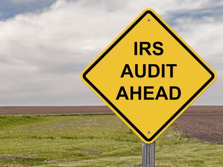 Voorzichtigheidsteken - IRS-Controle vooruit Stockfoto