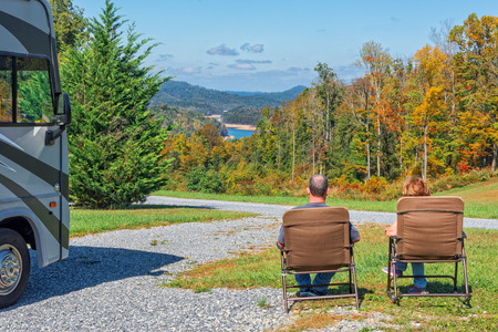 RV は、キャンプ場からの眺めを楽しんでいるカップル 写真素材