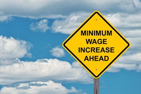 Augmentation du salaire minimum à venir Attention signe avec fond de ciel bleu Banque d'images
