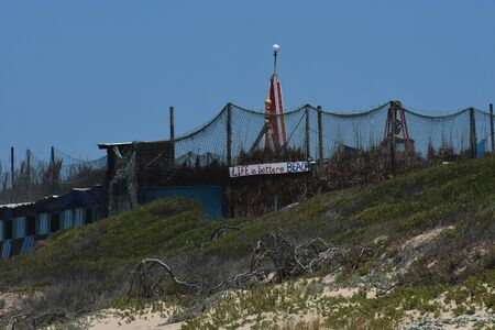 Rough Beach Hide Camp With Nets And Poles, Mossel Bay, South Africa 免版税图像