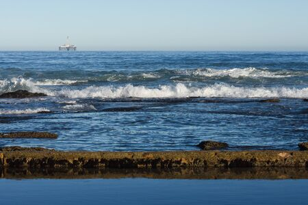 Seashore Tidal Pool And Rocks With Offshore Platform, Mossel Bay, South Africa Stockfoto